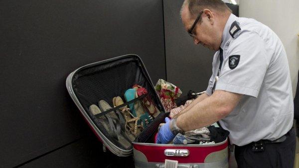 Таможенникам аэропорта Завентем временно запрещено носить табельное оружие.