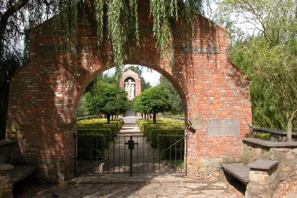 Работники кладбища в Брюсселе  регулярно устраивали пьяные вакханалии на могилах.